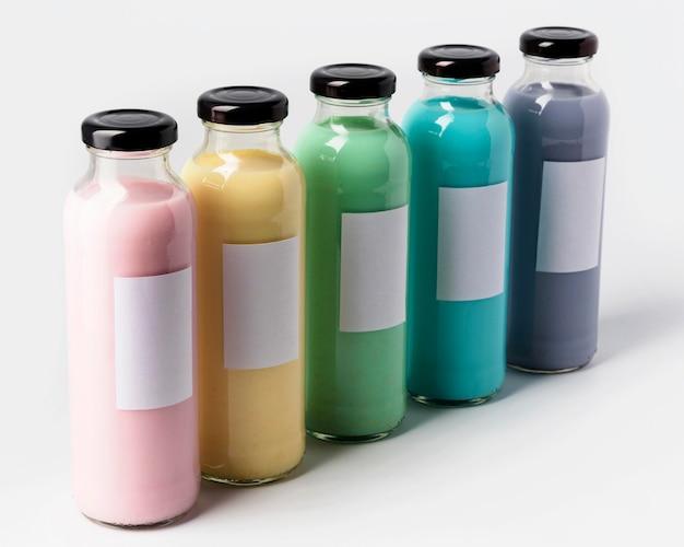 Alto ângulo de muitas garrafas de suco multicoloridas