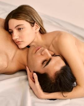 Alto ângulo de mulher atraente e homem sem camisa