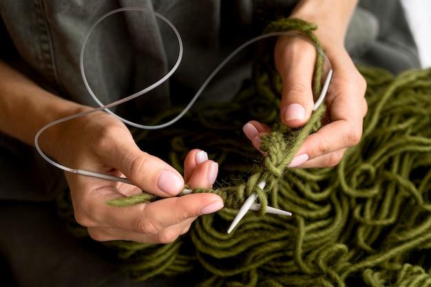 Alto ângulo de mulher de crochê com fios