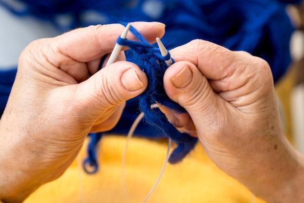 Alto ângulo de mulher fazendo crochê