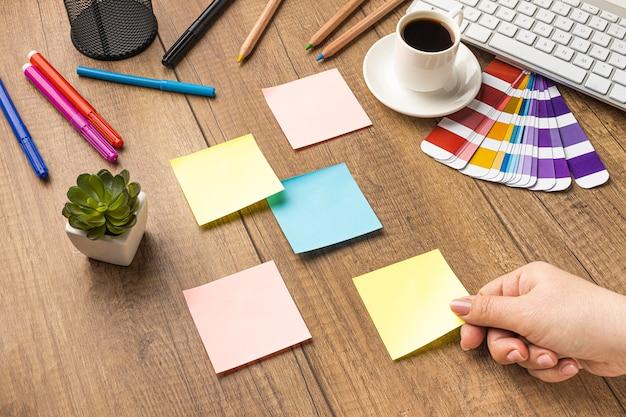 Alto ângulo de notas adesivas com lápis de cor