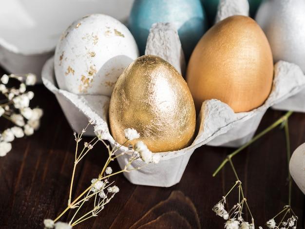 Alto ângulo de ovos de páscoa coloridos em caixa