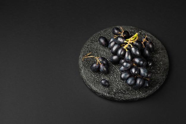 Alto ângulo de pão uva na chapa com espaço de cópia