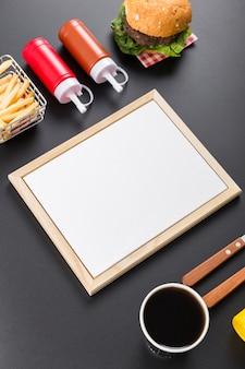 Alto ângulo de papel de menu em branco com hambúrguer e batatas fritas