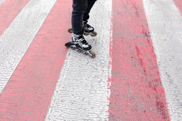Alto ângulo de patins na faixa de pedestres