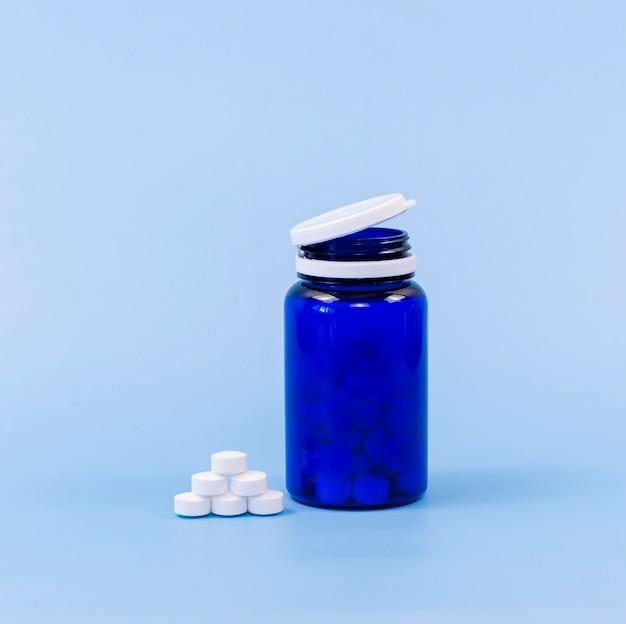 Alto ângulo de pílulas e recipiente de plástico com espaço de cópia