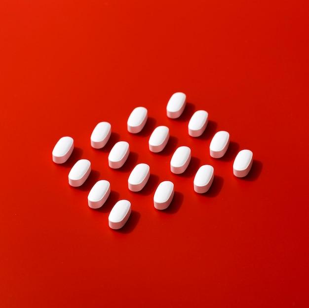 Alto ângulo de pílulas ordenadamente organizadas
