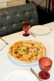 Alto ângulo de pizza em uma mesa de restaurante