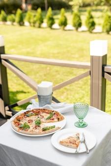 Alto ângulo de pizza na mesa do lado de fora