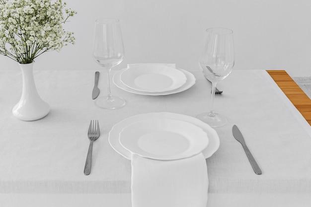 Alto ângulo de placas brancas na mesa com espaço de cópia