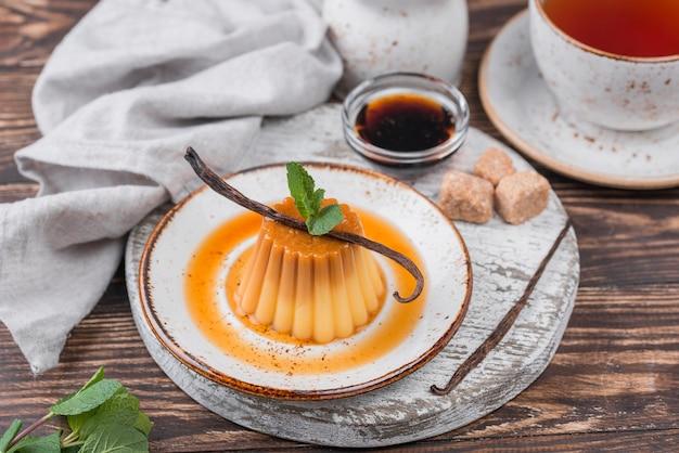 Alto ângulo de prato com creme e hortelã