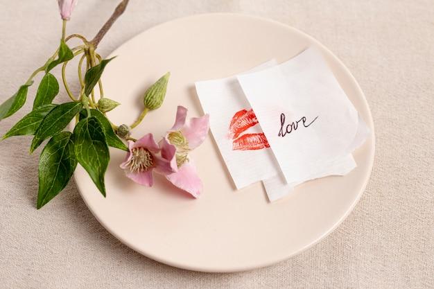 Alto ângulo de prato com flor e notas