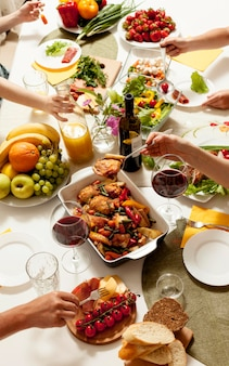 Alto ângulo de pratos na mesa de jantar