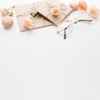 Alto ângulo de presente com rosas e cópia espaço