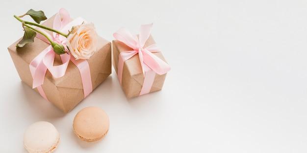 Alto ângulo de presentes com espaço para cópia e macarons