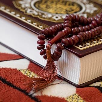 Alto ângulo de pulseira religiosa e livro sagrado