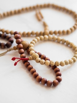 Alto ângulo de pulseiras religiosas