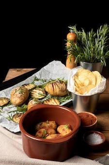 Alto ângulo de refeição de batatas com batatas fritas e alecrim
