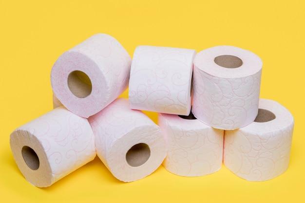 Alto ângulo de rolos de papel higiênico