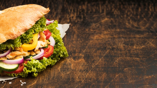 Alto ângulo de saboroso kebab com ingredientes e espaço de cópia