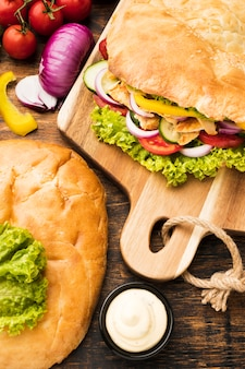 Alto ângulo de saboroso kebab no quadro de compras com ingredientes