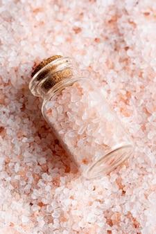 Alto ângulo de sal em recipiente transparente