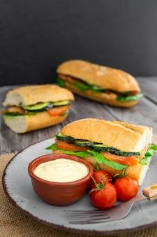 Alto ângulo de sanduíches com tomate e maionese