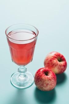 Alto ângulo de suco de maçã no fundo liso