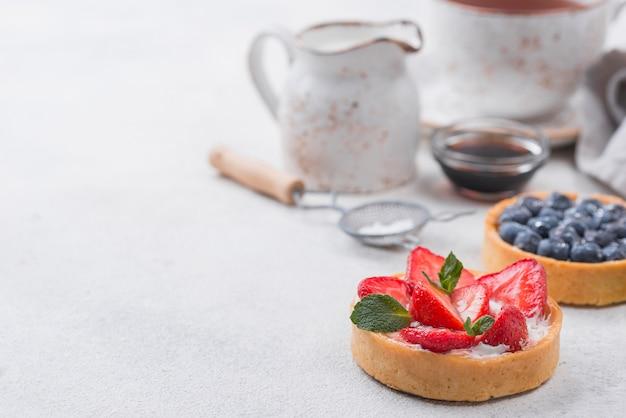 Alto ângulo de tortas de frutas com espaço para texto