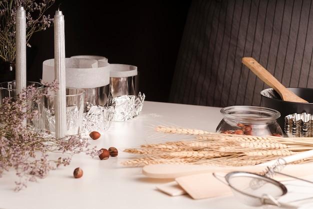 Alto ângulo de trigo com castanhas e panelas