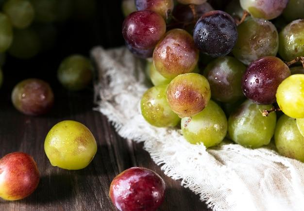 Alto ângulo de uvas de outono