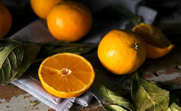 Alto ângulo de várias laranjas de outono com folhas