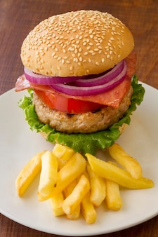 Alto ângulo delicioso hambúrguer e batatas fritas