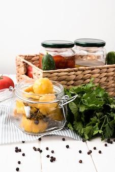 Alto ângulo deliciosos legumes em conserva