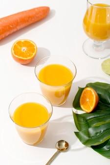 Alto ângulo deliciosos smoothies de laranja