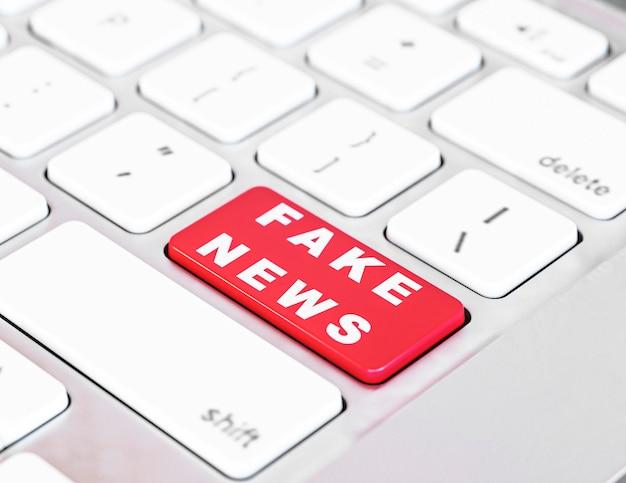 Alto ângulo do botão do teclado com notícias falsas