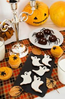 Alto ângulo do conceito de arranjo alimentar de halloween