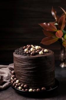 Alto ângulo do conceito de bolo de chocolate delicioso
