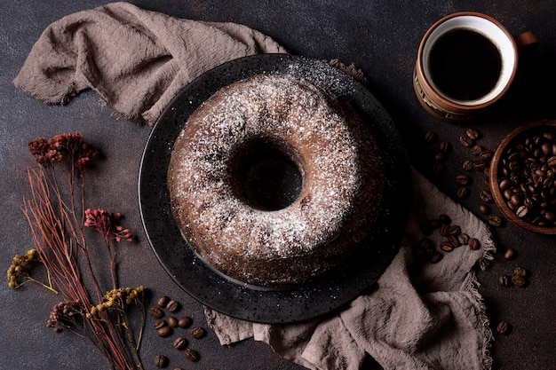Alto ângulo do conceito de bolo de chocolate