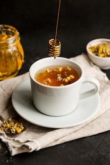 Alto ângulo do conceito de chá de ervas com mel