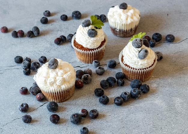 Alto ângulo do conceito de deliciosos cupcakes