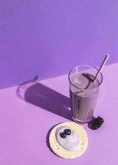 Alto ângulo do conceito de iogurte delicioso