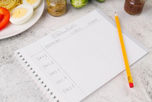 Alto ângulo do conceito de plano de refeições