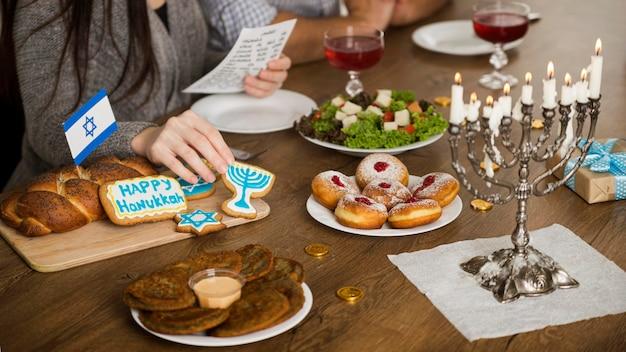 Alto ângulo do conceito de refeição de hanukkah