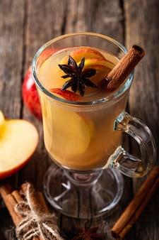 Alto ângulo do delicioso conceito de bebida de maçã