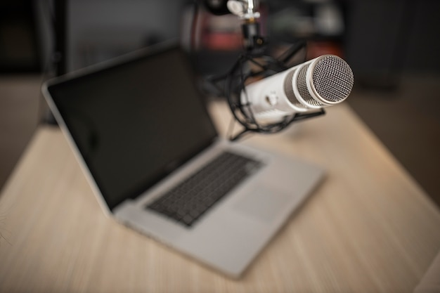 Alto ângulo do microfone de rádio e laptop