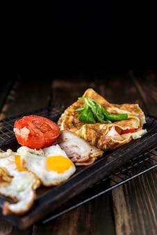 Alto ângulo e omelete e tomate