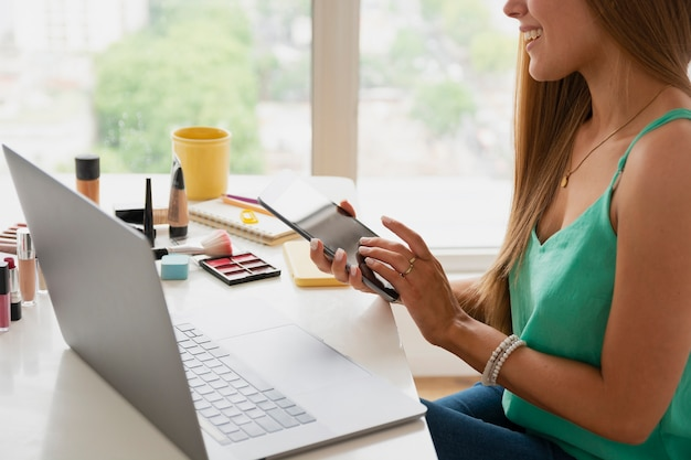 Alto ângulo feminino edição de vídeo no laptop