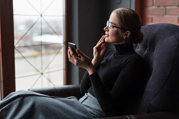 Alto ângulo feminino falando no telefone