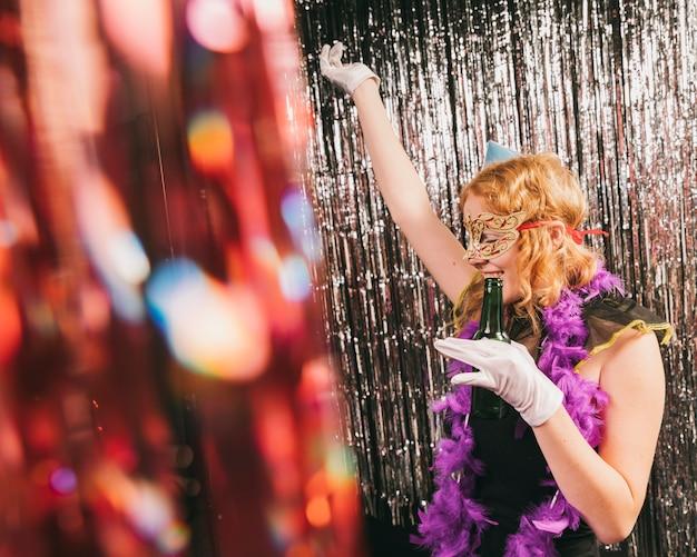 Alto ângulo feminino na festa de carnaval dançando